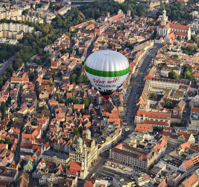 Der Augsburg Ballon über dem Augsburger Rathaus (Foto-Credits: Mark Robertz)